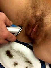 Shaving her pussy pie clean!