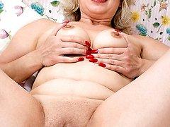 Older blonde flicks her cooch