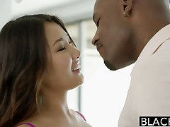 SOTEDE jente Asian Jade Luv Skriker på Massive Black Cock