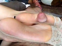 Japonés trabajando con el pie