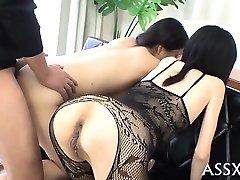 Oanständig blowbang från japanska playgirl med butt-plug