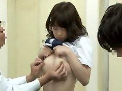 Lärmakas oriental koolitüdruk saada sõrmede poolt oma arstile meditsiinilise voodi