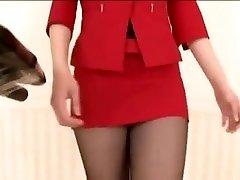 ryu enami att gå på ett löpband i strumpbyxor