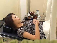 Belle poilue Japonaise large se fait baiser par son gynécologue
