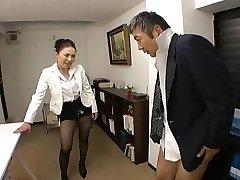 japoneze seful fute angajata din greu la birou - rts
