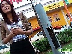 Seksikas Tai tüdruk innukalt suur valge kukk