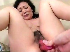55yr gamla Mormor Kayoe Ozawa Sprutar och Stuvad (Ocensurerad)