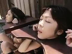 Hjälplös Orientaliska ungarna får sin mun fylld med