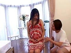 Japansk sykepleier tar vare på henne Gravid pasient