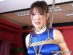 Roped asiatiske gravid sex slave blir store puppene gnidd