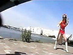 luptător crimă modificări în costumul ei de a lupta, dar devine o fi