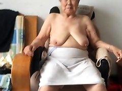 Asiatiska 80+ Mormor Efter bad
