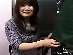 Sexy Japanese babe con una sonrisa bonita obras de sus manos en un
