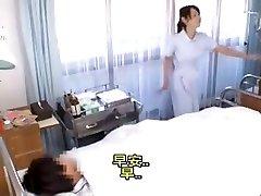 Japonés enfermera ayudando