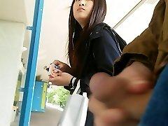 chica asiática echa un vistazo