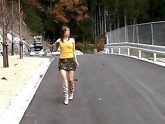 Desnudo En Carretera De Montaña