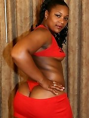 Bodacious ebony Chyna T takes salami packing and cum glazing in her pretty face