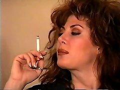 Classique Brunette De Fumer Solo