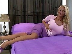 blonde en lingerie vintage et des bas en solo