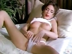 Rebecca Lord se masturber sur le lit