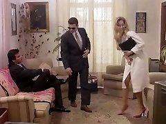 Femme d'affaires dans le rétro porno heureux de donne dans le cul et la chatte