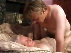 petit fils baise sa vieille grand-mère