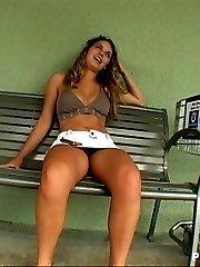 Hottie exposes her snatch in public
