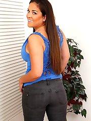 Curvy MILF Jessie Jett unleashes her big natural tits.
