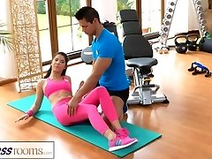 FitnessRooms الجيم المدرب يسحب إلى أسفل لها السراويل اليوغا من أجل الجنس