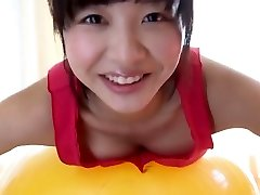 الساخنة فتاة يابانية لديه ممارسة اللياقة البدنية مع الكرة