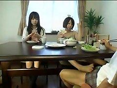 الآسيوية Foojtob تحت الطاولة