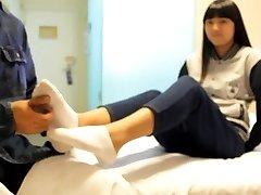 الصينية دغدغة فتاة مع جورب العارية