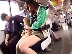 מקסים בחורה עם רגליים חמות מציב אותה אוראלי מיומנויות לתוך actio