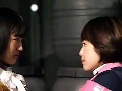 Mika Kikuchi un Mayu Kawamoto Lesbiešu Skūpsts