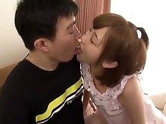 pasakains japāņu modeļa mei kago horny mazām krūtīm, sunīšu pozā jav video