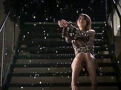 רומנטי, יפנית בייב Yui Hatano מקבל שני זין קטן למצוץ