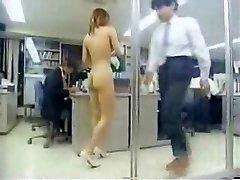 בחורה יפנית בעבודה עירום