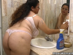 Latina Plumper Rosaly makes cleaning the bathroom a blessing
