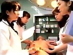 Lussuriosi Giapponese medici, mettendo le loro mani per lavorare su un t