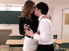 Hot lärare Aika blir vilda av elev