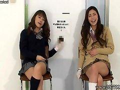 Una donna giapponese di sega con una risata