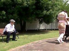 Textade bisarra Japansk halv nakna vårdgivare utomhus