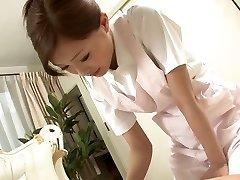 Infermiera Sexy si masturba il suo paziente's cazzo come un trattamento