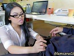 asiatiska pornstar dunkade i office