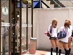 Asiatiska Tgirl i uniform borrar hennes klasskamrat