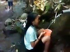 インドネシアの女の子屋外の自然のシャワー