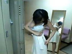 日本の女の子がシャワーを浴