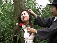 Kinijos kariuomenė mergina susieta su medžiu 1