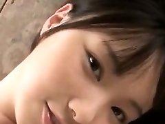 愛らしい温泉はアジアの女の子で叩