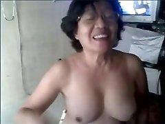 Močiutė azijos ant kameros